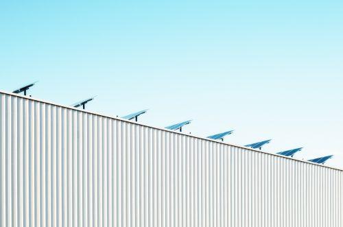 Des panneaux solaires sur le toit d'un entrepôt