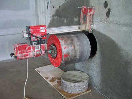 Opération de carottage d'un mur en béton avec une carotteuse hydraulique