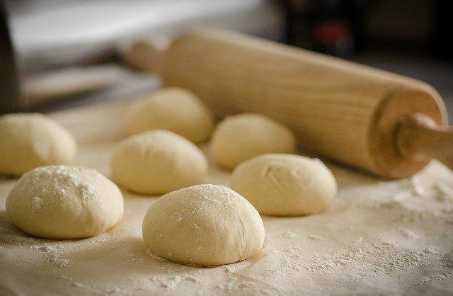 pâte à pain et rouleau